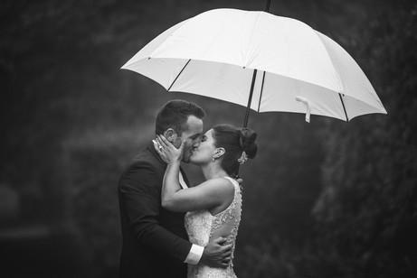 Bride and groom kissing in the rain under an umbrella - Blue Mountains Wedding Photographer de lumière photography