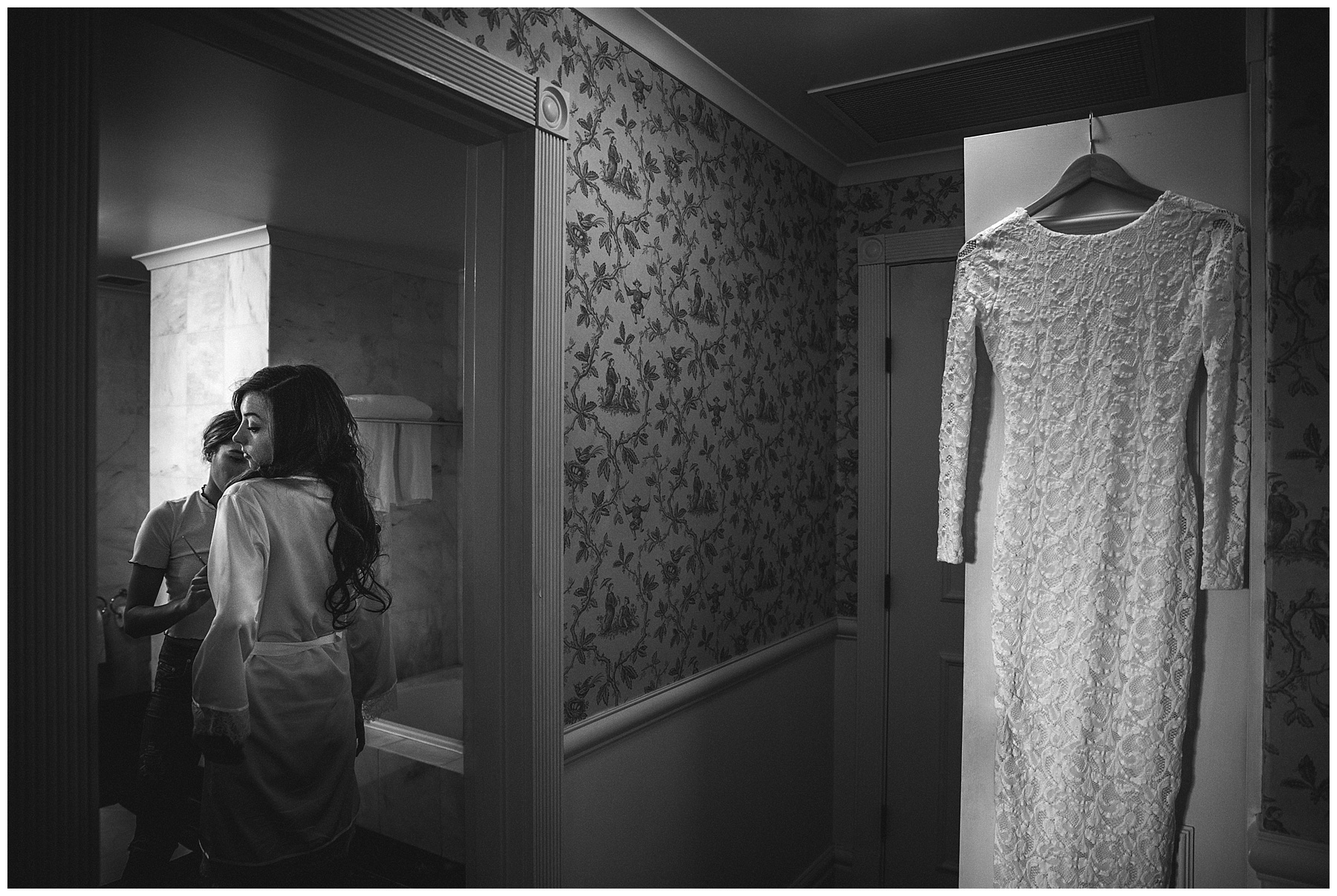 Black and white photo of the bride getting ready - de lumière photography