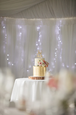 Gold wedding cake with personalised topper and fresh flowers - de lumière photography