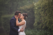 Bride and groom kissing in the rain - de lumière photography