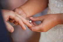 Exchange of wedding rings - de lumière photography