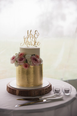 Mr and Mrs cake topper, gold cake with fresh flowers - de lumière photography