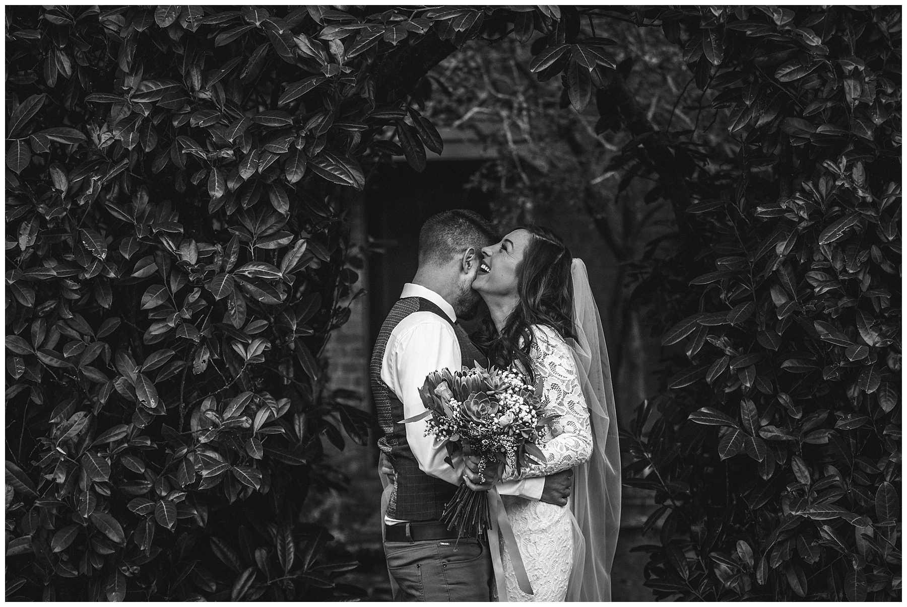 Black and white photo of the bride and groom - de lumière photography