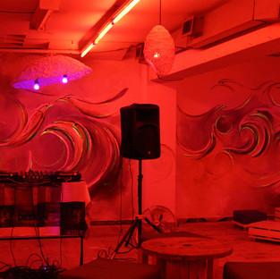 En el marco de la segunda edición de la semana del diseño en Medellín, re realiza en un espacio una serie de murales con iluminación.