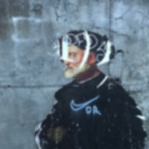 Zerrissenes Plakat auf Betonmauer