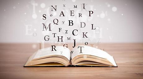 livre-ouvert-avec-des-lettres-de-vol-32854766.jpg