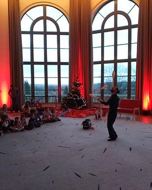 Spectacle de cirque, de jongle et jonglage. Spectacle pour enfants pour noël.Jongleur, cirque