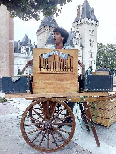 Simon chante son orgue.jpg