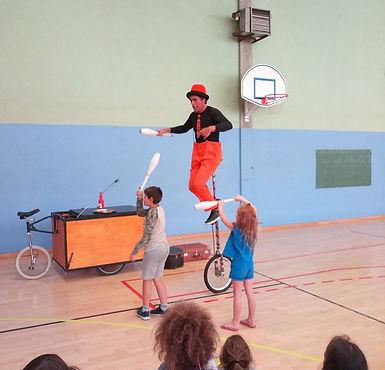 Tof monocycle;Tof et son triporteur.jpg; Spectale de rue jonglage.Spectacle de rue cirque 64; artiste e rue 65; artiste de rue 32; jongleur 64;jongleur 65;jongleur 40;jongleur 32; monocycle;monocycle girafe