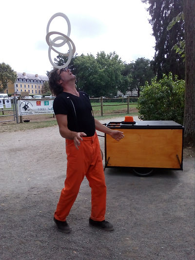 Tof et son triporteur.jpg; Spectale de rue jonglage.Spectacle de rue cirque 64; artiste e rue 65; artiste de rue 32; jongleur 64;jongleur 65;jongleur 40;jongleur 32