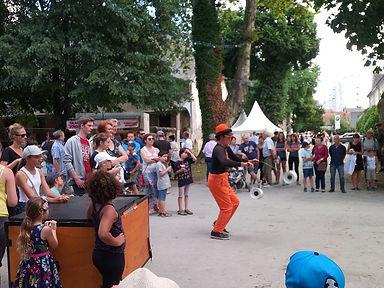 tof et son triporteur. Spectale de rue jonglage.Spectacle de rue cirque 64; artiste e rue 65; artiste de rue 32