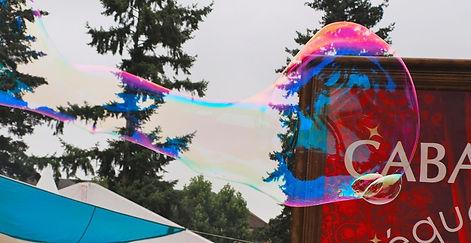 bulles animation.jpg; banimation bull; bulles géantes. Animation et fabrication de bulles de savon géantes. Barbabulle en déambulation pour un spectcle de bulles géantes.Bulleur; bulle géantes Pau, Tarbes. Bulles géantes 64, animation bulles de savons géantes