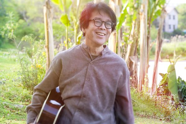 江津湖 ギター 抱え.png