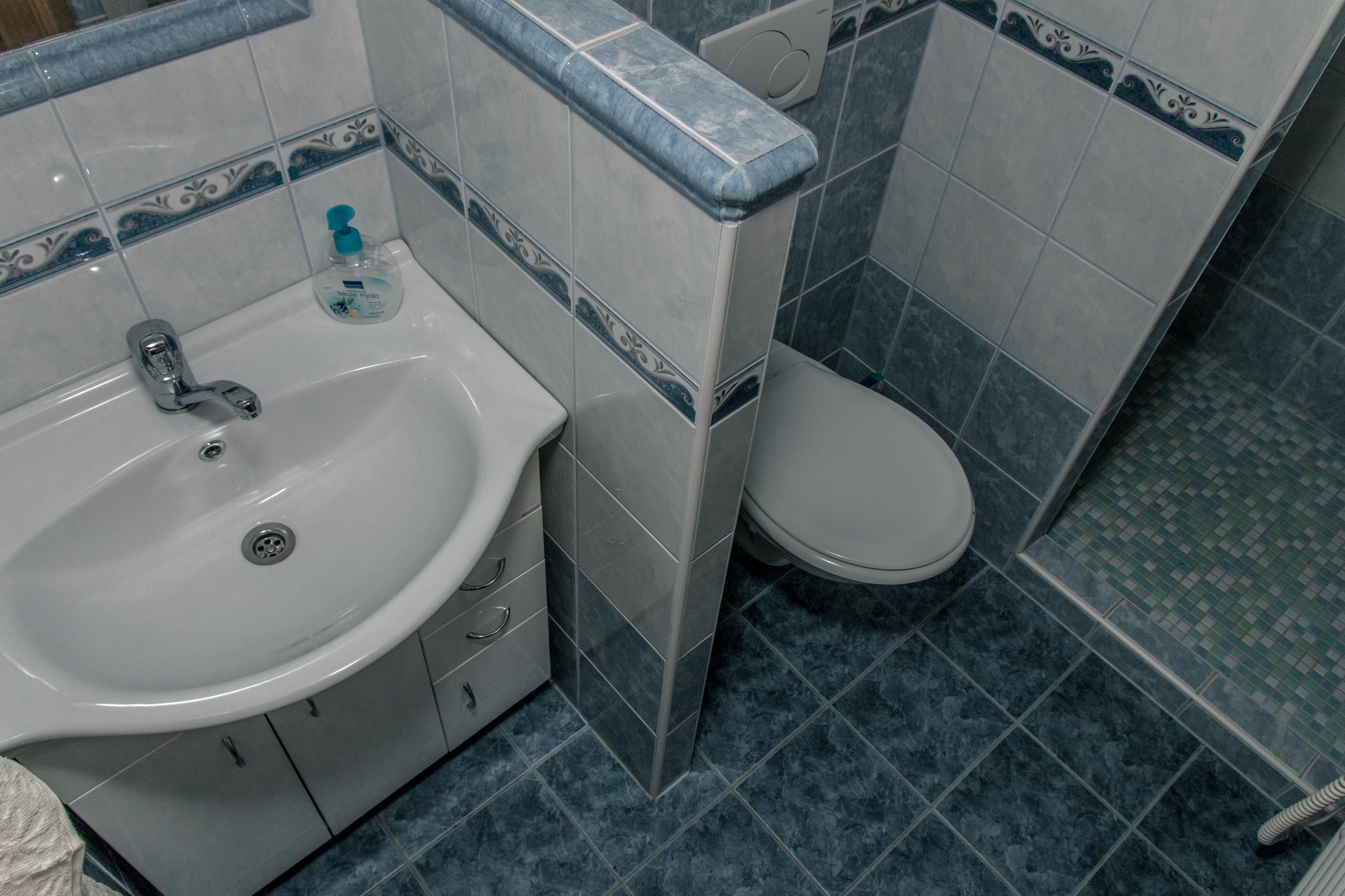 Koupelna v modrém pokoje