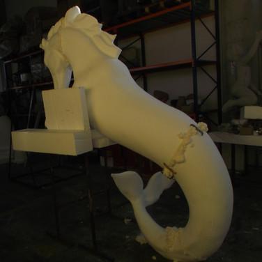 scultura cavallo marino