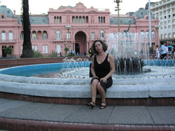 Na Praça de Mayo, com a Casa Rosada ao fundo
