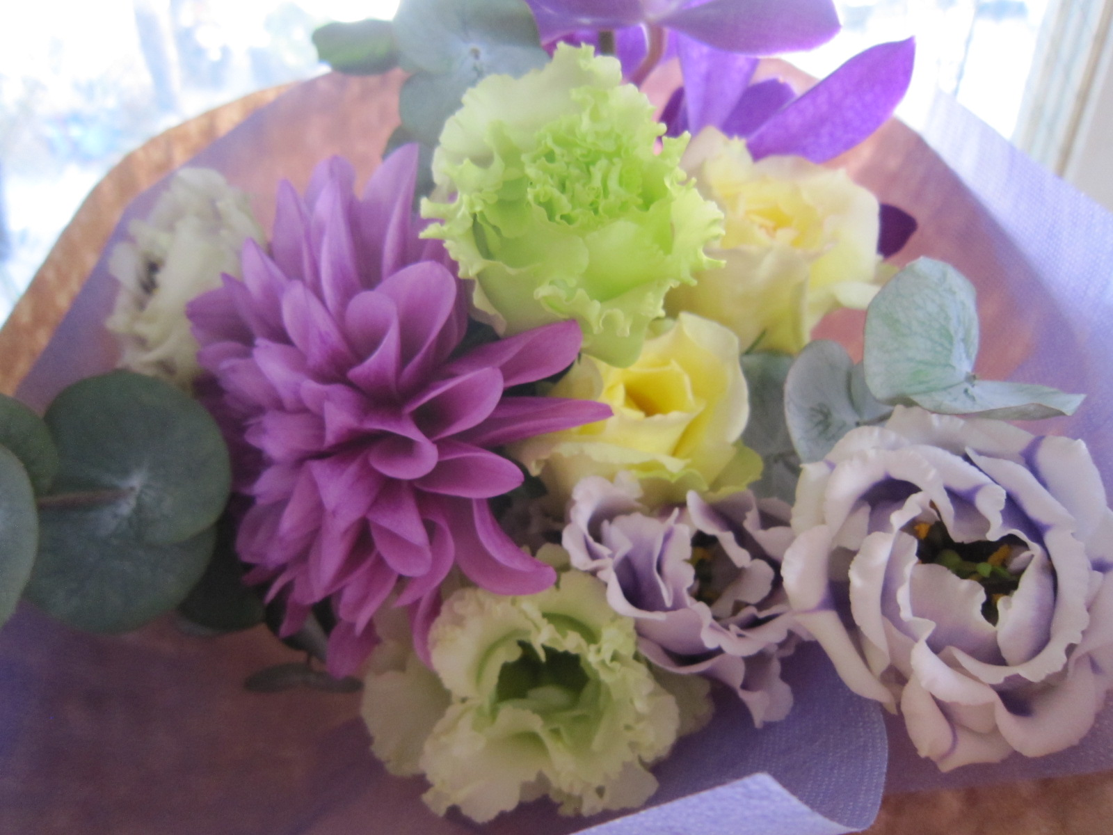 紫のダリア花束