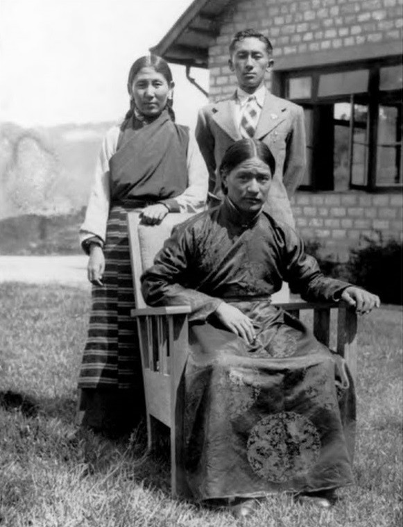 Дуджом Ринпоче, Махарани Кунзанг Дечен Чомо Намгьял, принц Палджор Намгьял. Фото сделано до 1941 г.