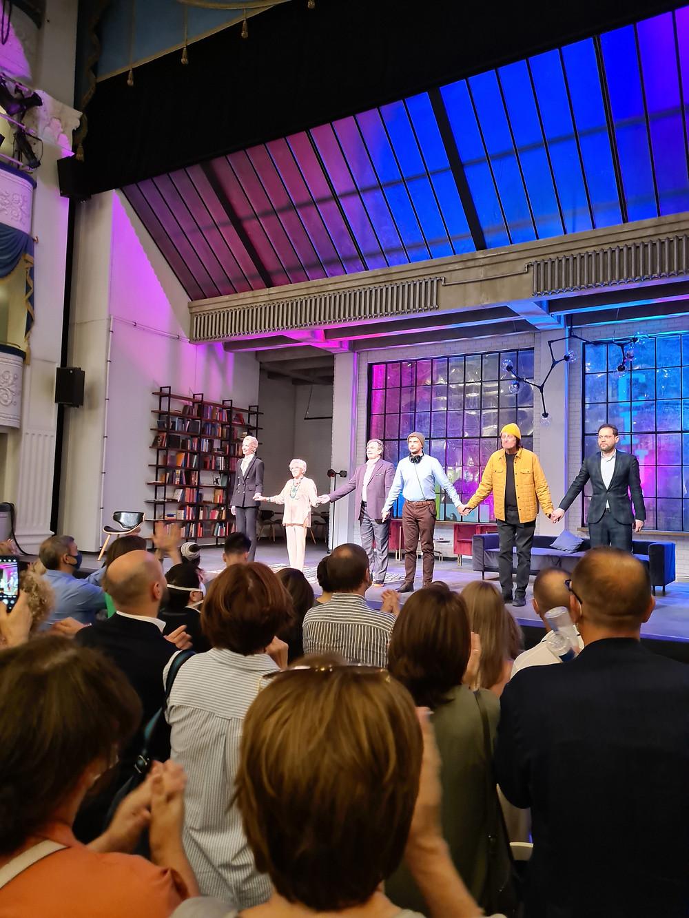 Овации актёрам после спектакля «Волнение». Алиса Фрейндлих вторая слева. 17.06.2021