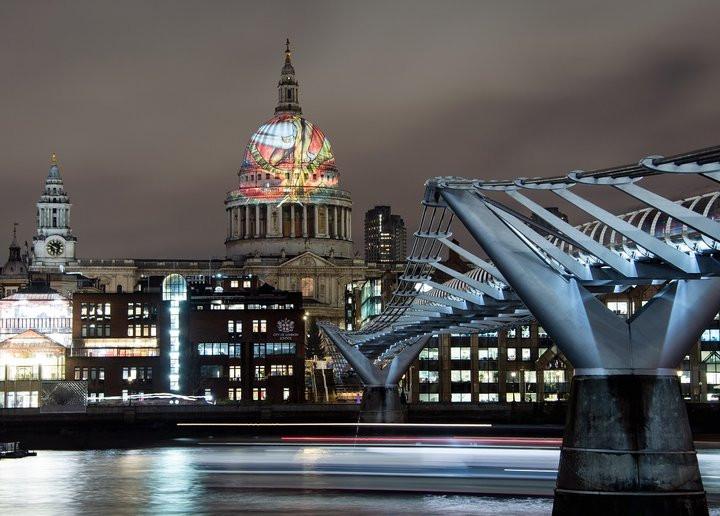 Картина Уильяма Блейка «Ветхий днями» (на ней изображён Бог [«Уризен»] в момент творения) спроецирована на купол собора св. Павла в Лондоне. Photo © Tate (Alex Wojcik)