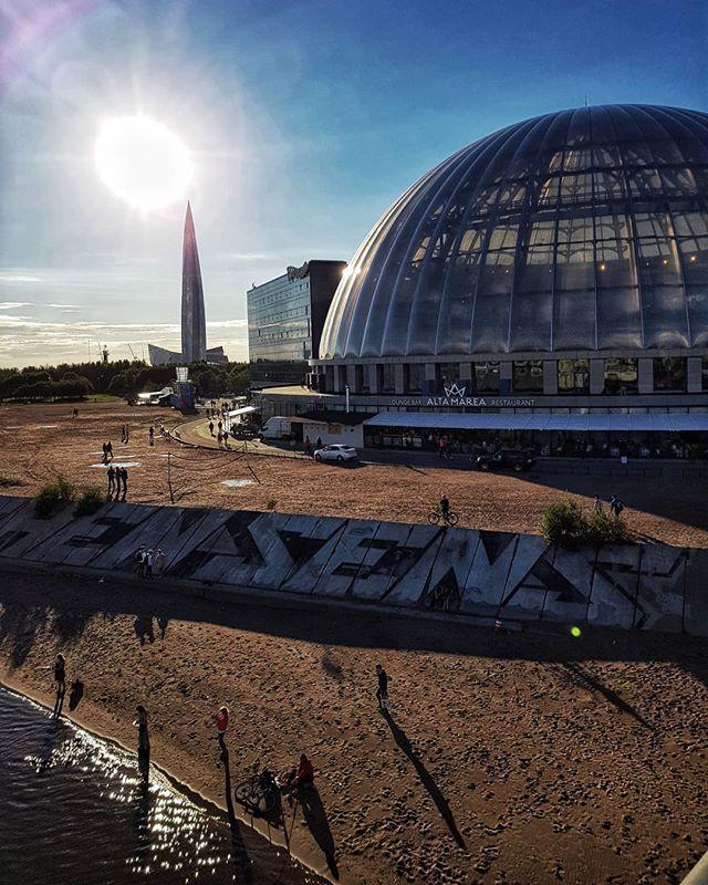 Вид на «Лахта-центр» с Яхтенного моста. Фото © Евгений Пустошкин