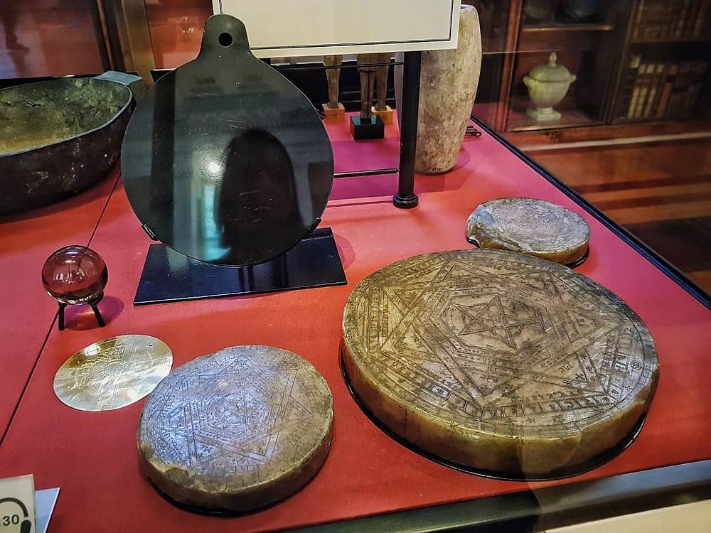 Артефакты Джона Ди в Британском музее. (Фото © Евгений Пустошкин)
