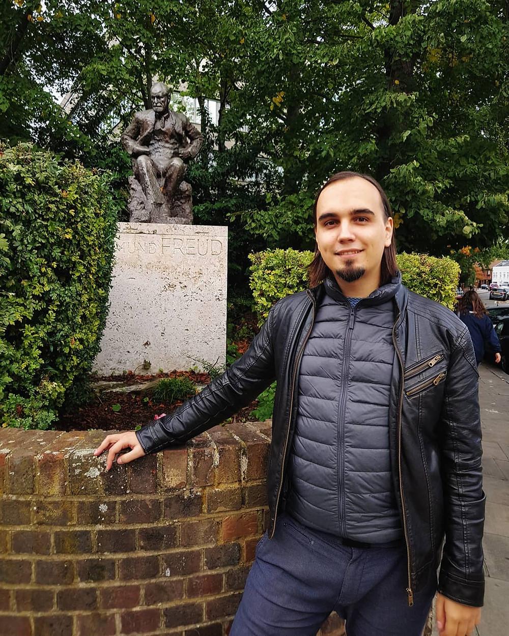 Евгений Пустошкин у памятника Зигмунду Фрейду в Лондоне