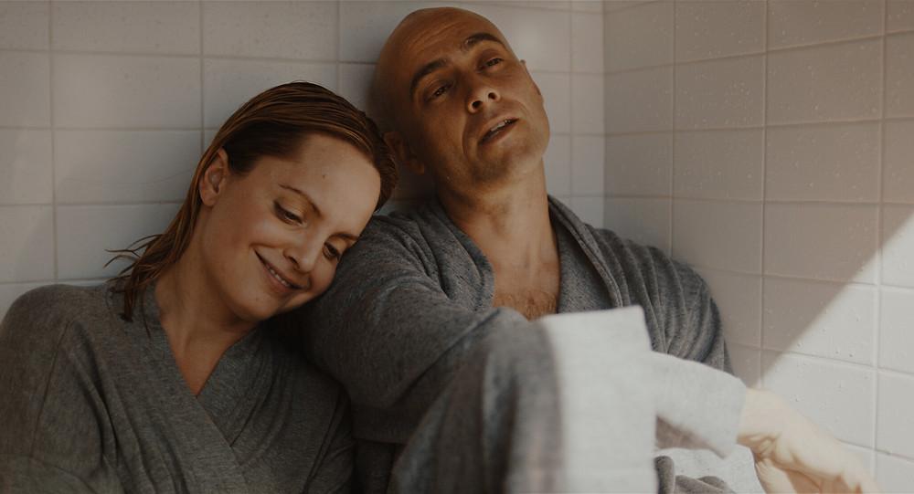 Киноэкранизация «Благодати и стойкости» (Мина Сувари и Стюарт Таунсенд в роли Трейи и Кена Уилберов)