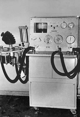 Одна из ранних версий аппарата искусственной вентиляции лёгких. Иллюстрация из «Большой советской энциклопедии».