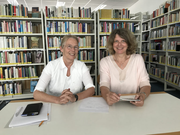 Die Vorständinnen Dr. Annette Keinhorst (links) und Sabine Dürre in der FrauenGenderBibliothek Saar (FGBS) © Foto: FGBS