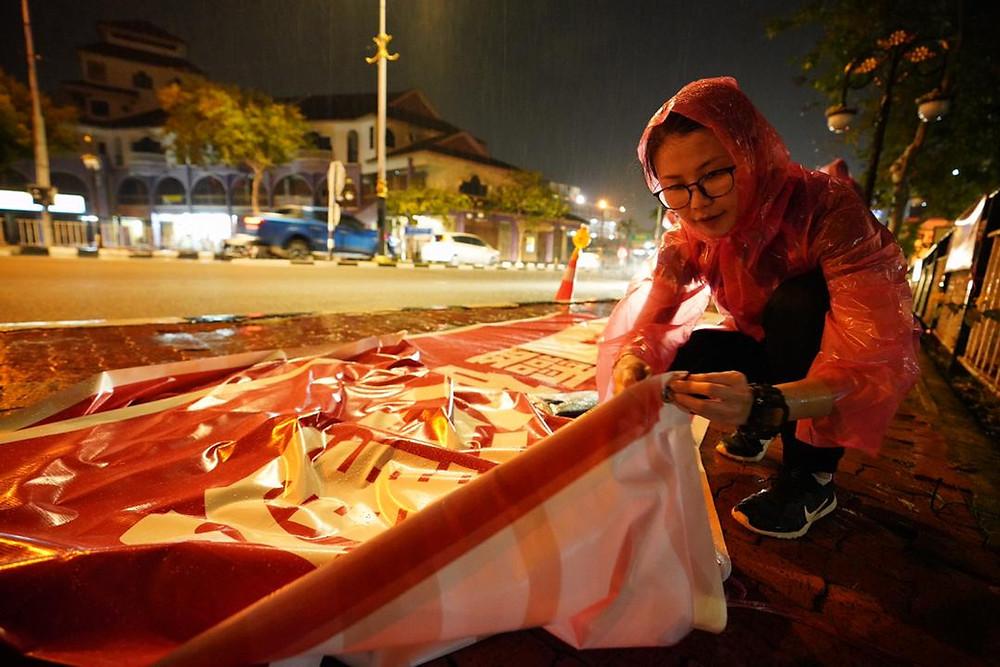 王晓庭率领马青,即使冒着雨也要留守现场抗议慰灵碑的建立。