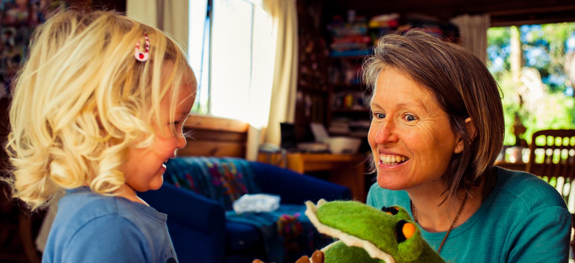 mum-daughter-5-little-monkies-puppet-jos