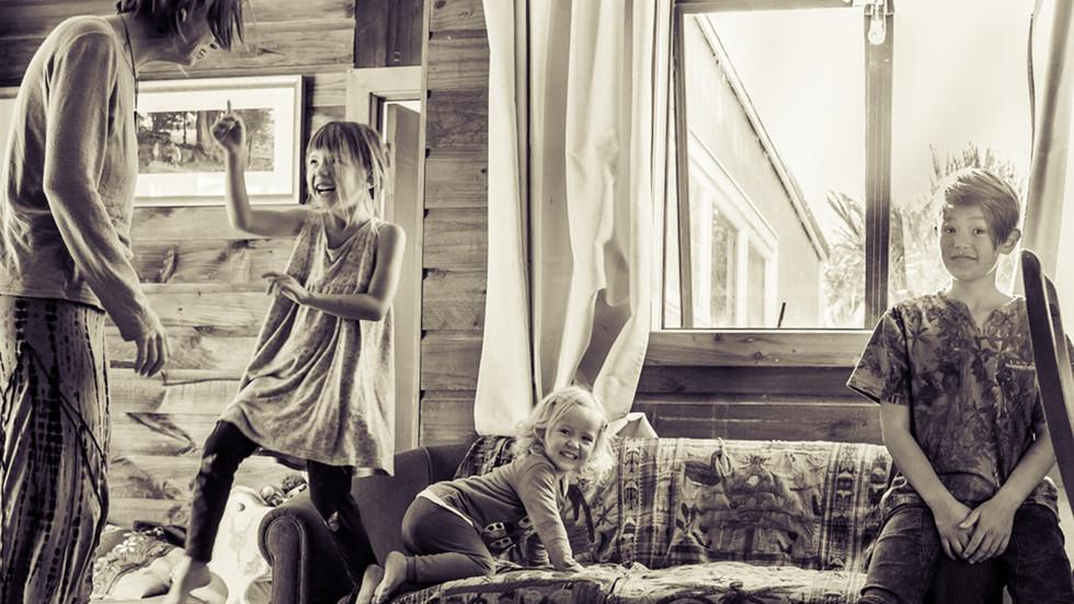 kids-mum-by-sofa-josie-gritten-photograp