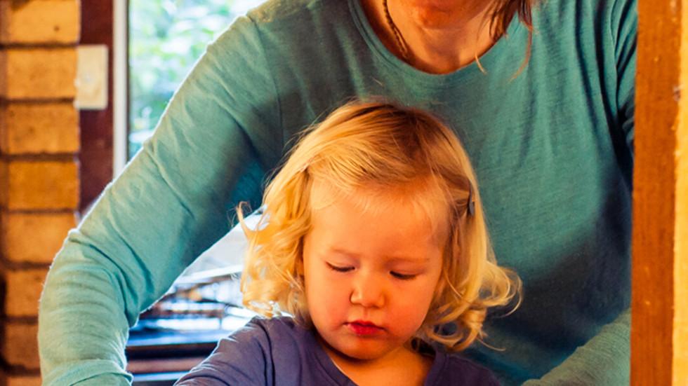 mum-daughter-make-eggybread-josie-gritte