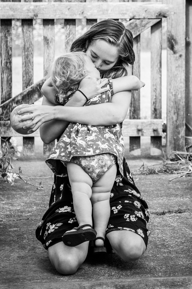 mama & baby have a wonderful connection & hug Black & white image of mum looking lovingly at daughter by documentary family photographer Josie Gritten