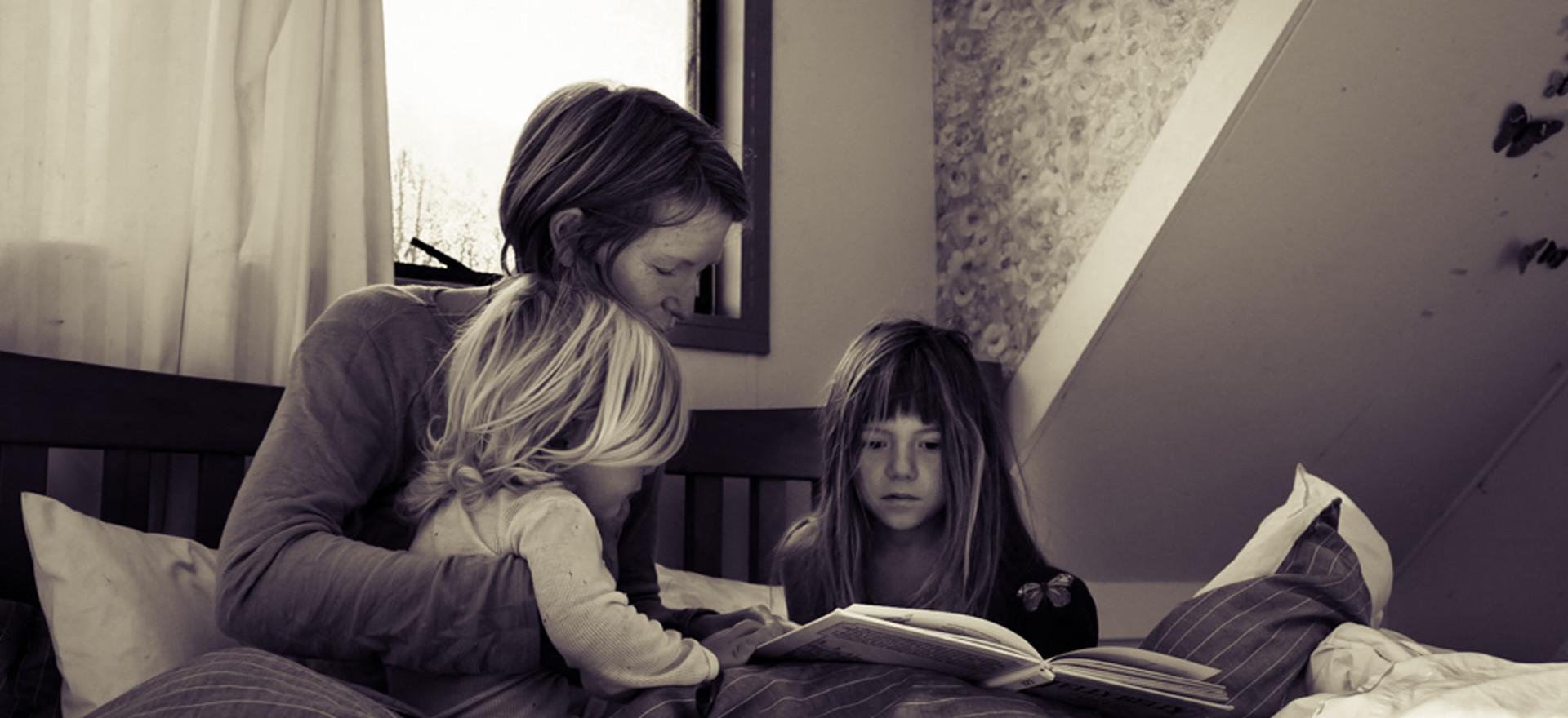 mum-reads-to-girls-in-morning-josie-grit