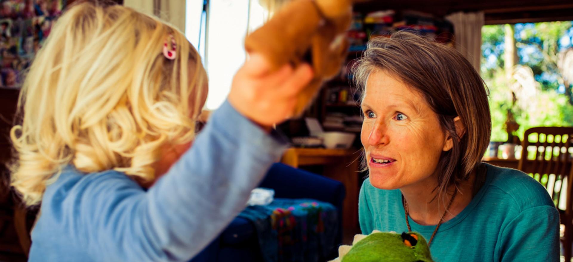 girl-mum-play-puppets-josie-gritten-phot
