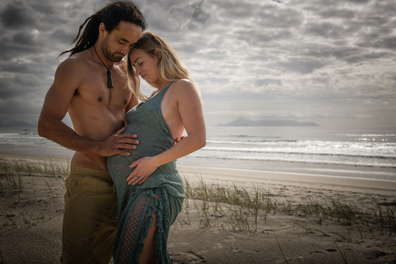 Maternity beach shoot in Mangawhai by Josie Gritten Photography