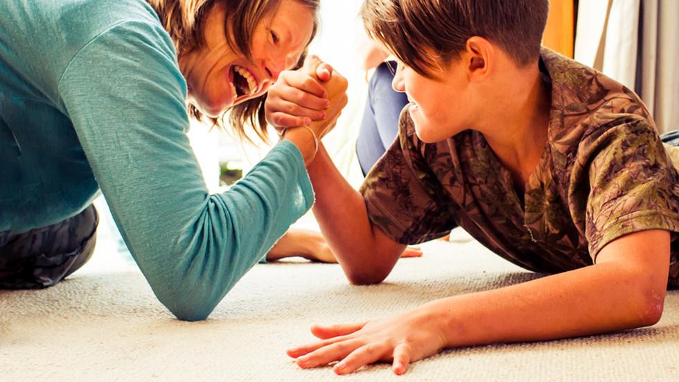 mum-son-arm-wrestle-josie-gritten-photog