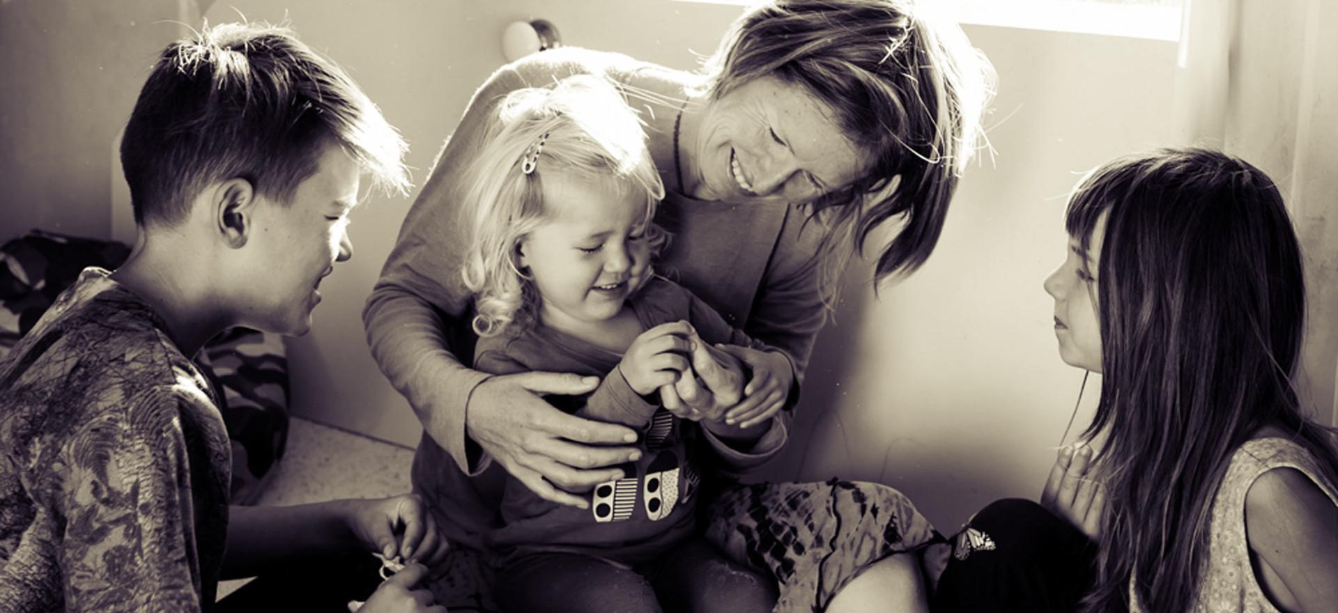 family-cuddle-josie-gritten-photography.