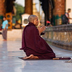 Mönch betend