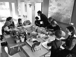Enfants au _cook_in_cafe_ , oú chaque enfant a réalisé 3 savons, de couleurs et odeurs to