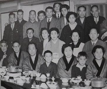 まるか旅館で葦平の家族を囲む人々。