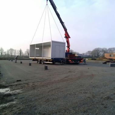 Dépôt des containers sous le futur bâtiment.
