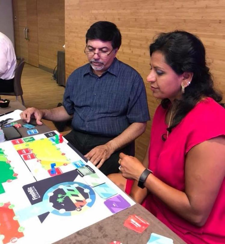 Raj Sisodia, autor do livro Capitalismo Consciente e Nilima Bhat, autora do livro Liderança Shakti, em uma partida de Freshbiz