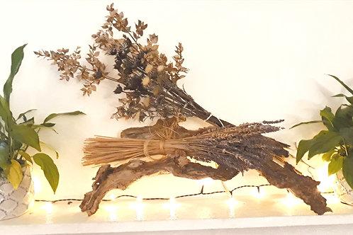 bouquet de fleurs séchée sur souche de bois d'olivier