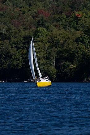 Photo - Voilier sur le lac  - Activités de nautisme, pêche, kayak, canot, natation, wakeboard, wakeboat, motomarines, canot