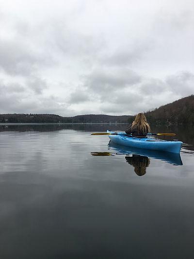 Scène de kayak paisible sur le lac Bowker