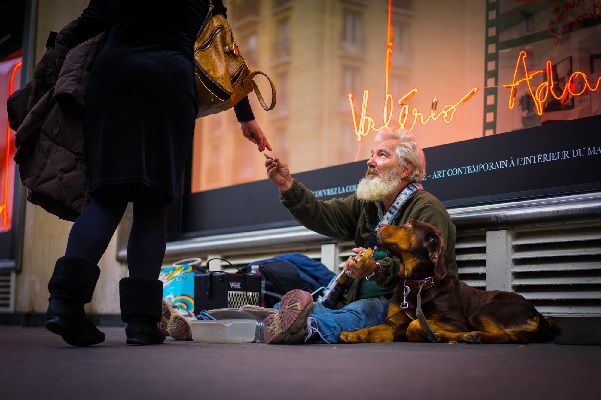 Morador de Rua com seu cão - Paris