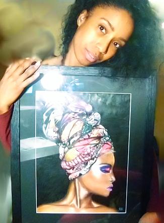 Mon dessin encadré dans mes mains - Jessica Artiste Portraitiste